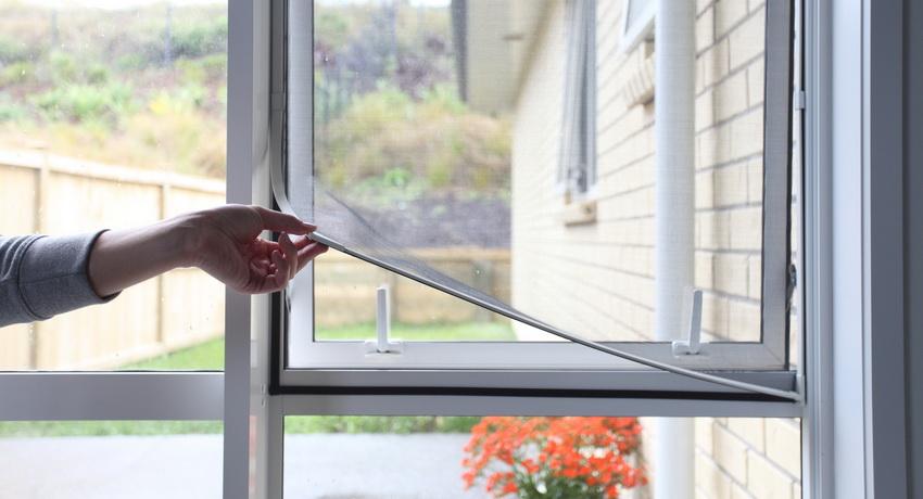 Как установить москитную сетку на окно?